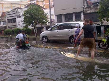 Edan! Banjir di Glodok, Bule Ini Malah Main Selancar