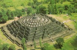 candi borobudur sebenarnya candi borobudur bukan diapanggil candi borobudur tetapi Stupa borobudur karena dibuat oleh budha.
