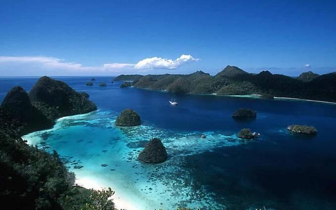 Kepulauan Raja Ampat merupakan kepulauan yang berada di barat pulau Papua di provinsi Papua Barat, tepatnya di bagian kepala burung Papua. Kepulauan ini merupakan tujuan penyelam-penyelam yang tertarik akan keindahan pemandangan bawah lautnya.
