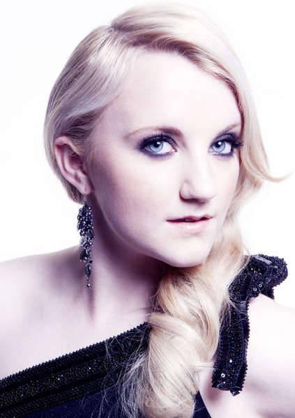Ini adalah Evanna Lynch.Dia yang bermain di film favoritku yaitu Harry Potter...!!! *kalo cantik klik WOW-nya donk