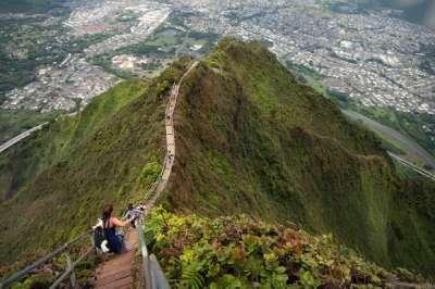 Anak tangga Ha?ik? , sebuah jalan kecil dakian yang terjal di pulau O?ahu, Hawaii. Anak tangga ini memiliki 3922 anak tangga yang menanjak ke puncak gunung Koolau. Anak tangga ini menanjak sampai 2800 kaki (850 meter). Hemmm,,, WOW kan?