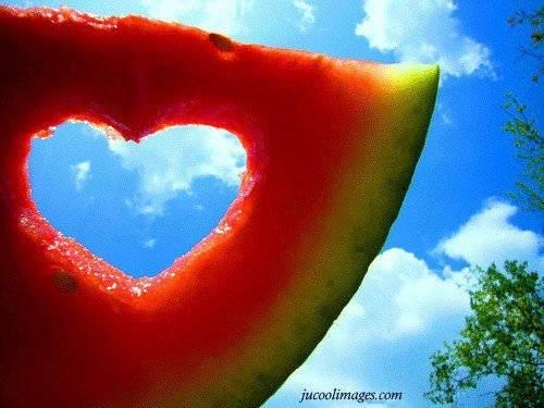 Semangka Berbentuk Hati...! Makan Semangka Ini Mungkin CINTA Kalian Langgeng...! (Jangan Lupa WOWNya Guys) :)