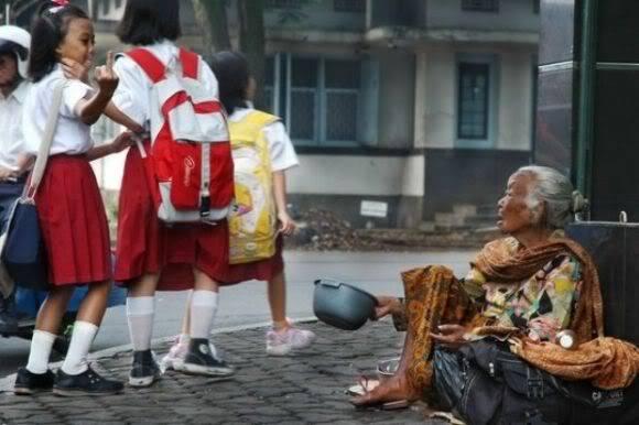 Foto Memalukan Anak Indonesia Yang Tersebar di Media Barat....amat memalukan ...wow .....orang tuanya ngajarnya gimana....