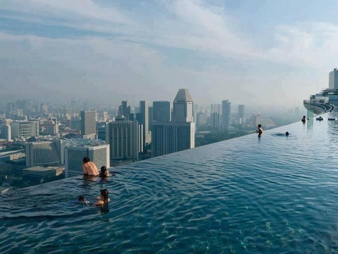 Kolam renang yang berada di lantai 57 gedung Marina, Singapore. Kalian berani berenang disini?