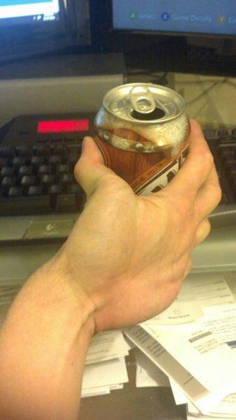 memegang sebuah minuman botol bukan dengan telapak tangan melainkan dengan balik telapa tangan...WOW bagaimana bisa Gan..???