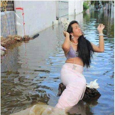 Disaat banjir jakarta di temukan seorang putri duyung hahaha.... wow nya ya