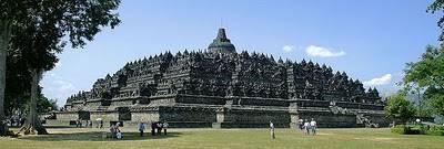 Borobudur (indonesia) Sebuah kubah utama, terletak di pusat dari platform atas, dikelilingi oleh 72 patung Buddha duduk di dalam stupa yang berlubang. Monumen ini kedua tempat suci untuk Sang Buddha dan tempat untuk ziarah Buddhis. Perjalanan u
