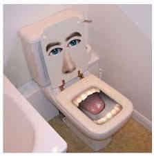 apa yang kamu pikirkan bila kamu ingin buang hajat besar dan toiletnya berupa begini. pasti geli dan langsung hilang deh rasa ingin buang hajar besar. Dibayangin aja geli banget. ada ada aja orang kalau buat ide
