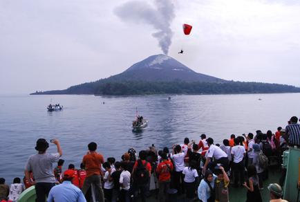 Festival Krakatau adalah festival tahunan yang diselenggarakan di Lampung, diadakan untuk merayakan pulau vulkanik bernama sama, Krakatau. Gunung Krakatau meletus pada 1927. Wow nya lagi ya jangan lupa//