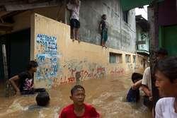 wah liat ada spiderman di saat banjir,, kasian sie,, tapi lucu juga ya.^^ wow nya sa sob 1 wow = 10 doa kita doakan jakarata agar cepat surut banjirnya...