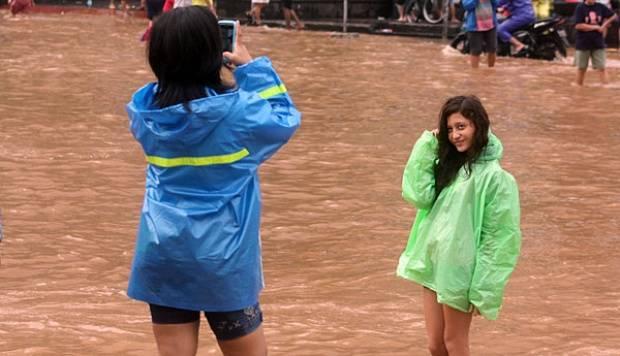 Foto cewek narsis di bundaran HI. parah!! d tengah2 banjir Jakarta, nih cewek sempet2nya malah berfoto --