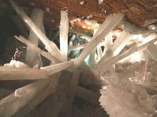Crystal Cave of the Giants (Mexico) Terletak di dalam pertambangan di Chihuahua Mexico. warna dan bentuknya bermacam-macam. warnanya ada yang emas dan silver.