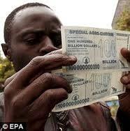 Wow liat tuh 0 nya ada berapa mata uang dari zimbabwe ini adalah mata uang dengan nominal uang terbesar , dengan uang 100 bilion itu orang zimbabwe bisa membeli 3 buah roti , WOW