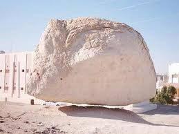 Batu Terapung Menurut riwayat, batu ini hendak mengikuti Nabi Muhammad SAW sewaktu hendak isra miraj dari Masjidil Aqsa. Israel telah melarang media untuk membuat dokumentasi terhadap batu tersebut. klik WOWnya dong.