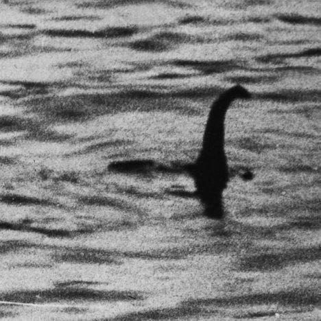 Photo ini terkenal dengan nama Monster Loch Ness atau Nessie. Pada tahun 1994 terungkap ternyata photo tersebut rekayasa, gambar tak lain dari sebuah mainan kapal selam yang disambung dengan kepala ular laut.