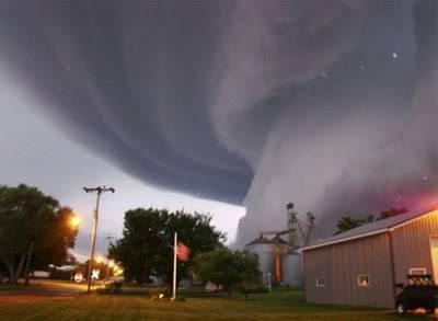 tornado ini memakan banyak korban,dan ribuan rumah rusak.