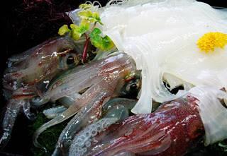 makanan izikuri dibutuhkan keahlian dan kemampuan yang tinggi. Bagaimana seorang koki menguliti dari kepala hingga bagian belakang, memotong tipis sekaligus menjaga agar ikan tersebut tetap hidup. Ada salah satu hidangan Jepang yang menyerupai