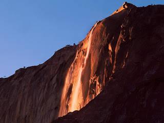 Api Terjun (Horsetail Falls) Fenomena Api Terjun ini terdapat di Yosemite National Park yang terletak di California. Dinamakan Api terjun karena pada saat air jatuh dari ketinggian sekitar 2000 kaki, mirip dengan cairan lava yang sedang jatuh