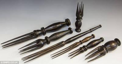 Alat Makan Suku Kanibal di Fiji Kisah soal suku-suku kanibalisme sebelum era modern memang bukan rekaan semata. Bahkan sebuah suku di Fiji punya alat makan khusus saat menyantap daging manusia.