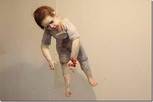 DOLL ABUSE boneka miskin Ini telah dimanfaatkan dalam beberapa cara (ada apa dengan rekaman listrik di tangan kanannya?). Itu mata tajam yg membuat rambut di tangan dan kaki saya merinding WOW