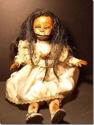 KILLER DOLL Freakshow boneka ini tampak seperti baru saja keluar dari set film horor kuno. WOW serem yah >.