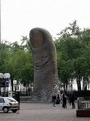 Patung The Thumb yg super gede n unik bgt. hahahha... kasih jempolnya n klik WOW donk :D