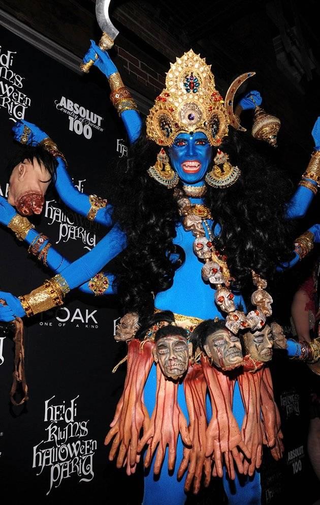 kostum Halloween Terbaik Heidi Klum Diperdebatkan kostum Klum yang paling rumit sampai saat ini, ia berubah menjadi Kali, dewi Hindu kehancuran di 1Oak NYC pada tahun 2008.