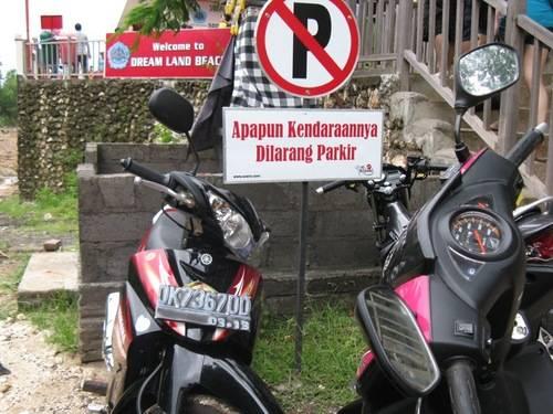 agan agan jangan tiru yang satu ini ya... ! mungkin abang yang pake motor itu gk baca dan gak liat plang dilarang parkir apa? -_-