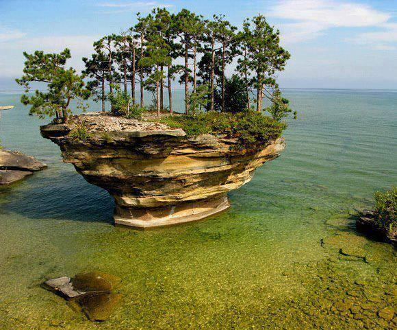 Turnip Rock di Michigan,USA ini buatan apa alami ya ...? tpi spa mau liburan ke sni klok mau jgan lupa klik [WOW] na ... 1 [WOW],1 [DOA] kalian ke pulau ini akan ter kabull ... [AMIN] pleas KLIK [WOW] na ...