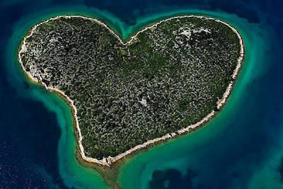 Pulau Berbentuk Hati, pulau dengan bentuk aneh selanjutnya adalah Pulau Galesnjak, tidak jauh dari Kota Turanj, lepas Pantai Kroasia. pulau dengan panjang pantai sekitar 1,55 km ini terlihat seperti bentuk hati.