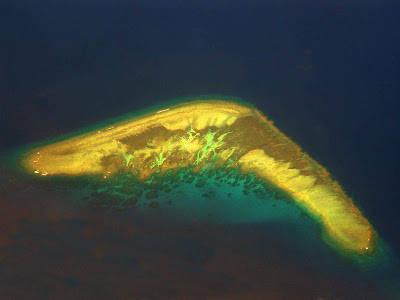 Pulau bomerang, jika anda melakukan perjalanan menggunakan pesawat terbang dari Manila menuju Kuala Lumpur, biasanya dapat terlihat dengan jelas sebuah pulau yang mirip dengan bumerang, senjata khas Suku Aborigin, Australia.
