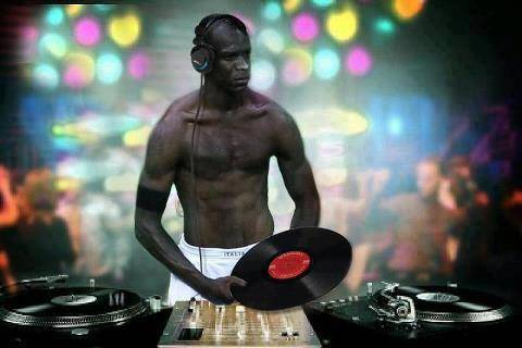 Ternyata Blotelli dimalam hari ada kerja sampingan yah, jadi DJ. :D Mana WOW nya, Masih banyak kok tenang aja. HAVE FUN