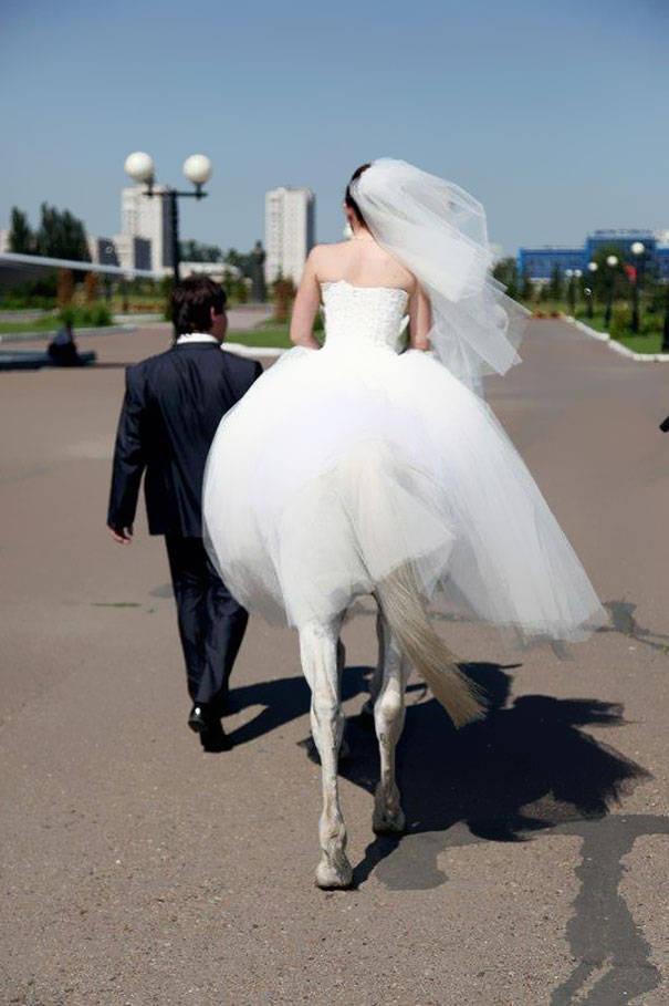Hah ? cewe ini berkaki kuda? hahaha :D klik wow nya dong :)