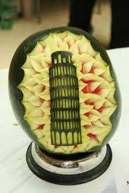 Ukiran semangka bentuk menara Pisa.Ada gak ya yang gambarnya monas ? WOW nya ya ...