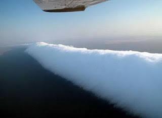 Fenomena Morning Glory Cloud di Teluk Carpenataria, Australia.[ini saatnya loe harus bilang WOW]