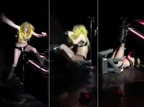 hahahahahahahahaha...Lady Gaga banyak tingkah...keren booo jatuh ...sakit kaga tuh .....mau injak piano eee malah kejungklang brakkkk aduh.....maluuuuu dah ama fans nya.....