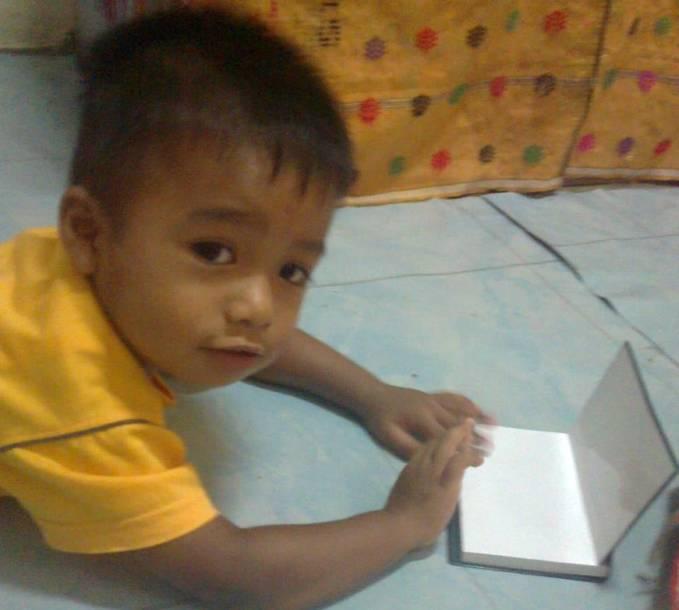 Sekarang Buku udh dijadiin Laptop sama adik sepupu aku yang satu ini.... Lucu y! Jangan lupa bilang WOW y! I Hope You Like It! :)