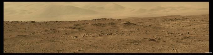 Gambar di atas adalah foto panorama dari daerah jauh di sekitar kawah Gale Mars. Foto yang diambil oleh Curiosity tersebut merupakan gabungan dari empat gambar mosaik yang kemudian dirangkai menjadi satu. Tampak pada foto tersebut pemandangan j