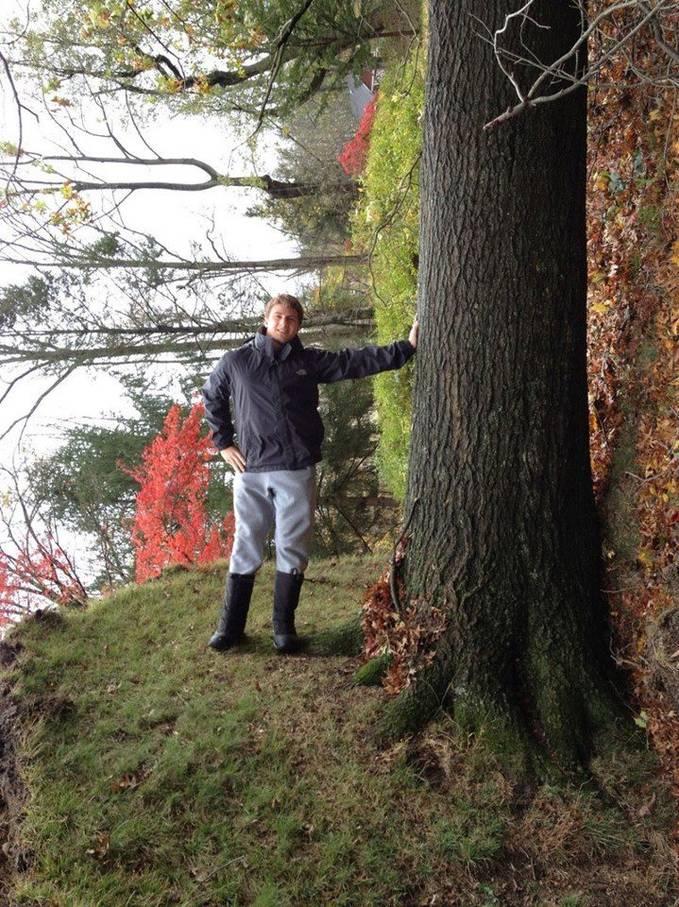 coba ditebak bagaimana cara membuat foto ini, krn manusia dan pohon di foto tdk searah