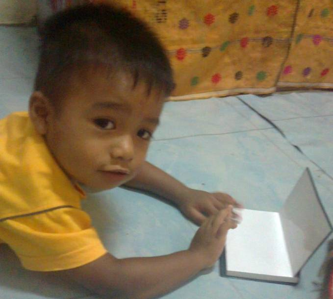 Laptop 2013 terbuat dari Buku!!! Hebatnya lagi, laptop ini bisa dimainkan oleh anak kecil! Contoh anak yg diatas yg berusia 2 tahun pun bisa memainkannya! Cangih... So, mana WOW nya?