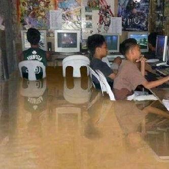 Hayo Siapa yg kekgini? Memang anak zaman Sekarang banjir bukan halangan untuk bermain internet ke warnet..... ..