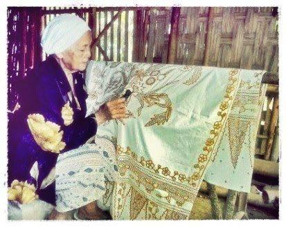 BatikPekalongan bermotif ceritarakyat seperti JokoTarub dan PendowoLimo diminati kolektor batik asal Australia karena dinilai bisa memaparkan cerita rakyat dan sejarah di Indonesia.Motif batik apa yang paling kamu suka? Klik WOW untuk indonesia