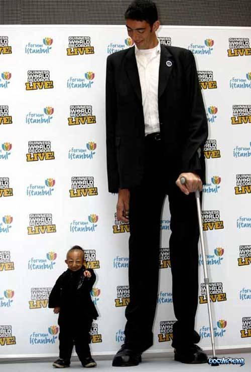Dimana Salah satu pria tersebut memegang rekor pria terpendek di dunia, sementara yang lainnya pemegang rekor dunia pria tertinggi di dunia. ibarat bumi dan langit atau air dan api, sehingga terlihat saat mereka berdua berdiri bersama.