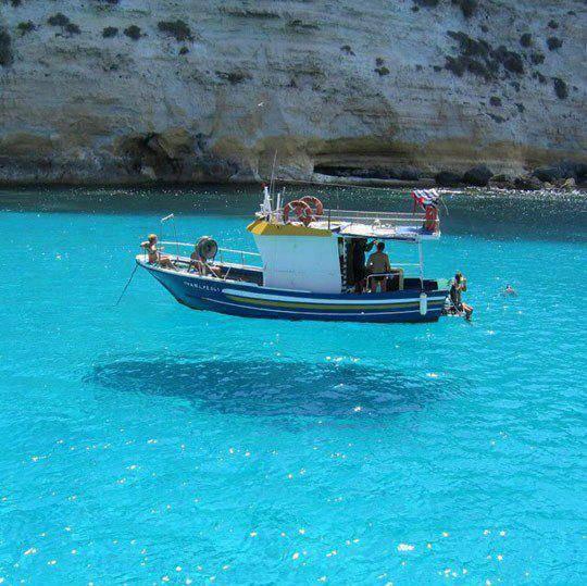 WOW... Kapal ini seperti melayang ya... karena airnya jernih sekali! biasanya, air sejernih ini dapat kita temukan di pulau - pulau baru... Jangan lupa beri WOW nya ya..