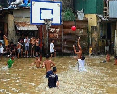 Para warga desa yang terendam banjir malah memilih untuk bermain basket. Jangan Lupa Klik WOW nya Yaa :))
