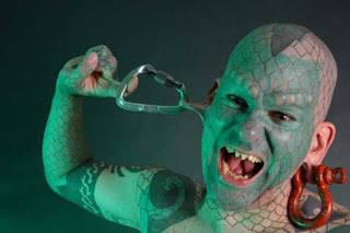 The Lizardman Eric Sprague lahir tahun 1972, merupakan salah satu orang pertama yg membuat lidah bercabang. Hampir seluruh tubuhnya berwarna hijau.dan di seluruh tubuhnya ditanam implan yg membuat kulitnya bersisik seperti kadal.