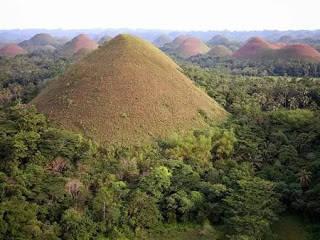 Chocolate Hills (Philippines) Luasnya mencapai 50 kilometer persegi. terletak di Bohol, Filipina. Diperkirkan terbentuk karena aktifita vulkanik.