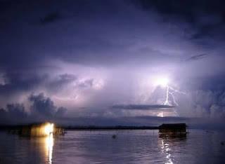 Petir Abadi Sebuah fenomena alam yang unik yakni petir abadi, terjadi di Catatumbo di danau Maracarbo. Fenomena ini berupa awan petir yang membentuk sebuah garis kilat sepanjang 5 kilometer setiap 140-160 malam dalam setahun, 10 jam tiap malam