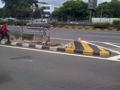 Foto Pembatas Jalan Tol yang Ditabrak Mobil Morgan SM*SH