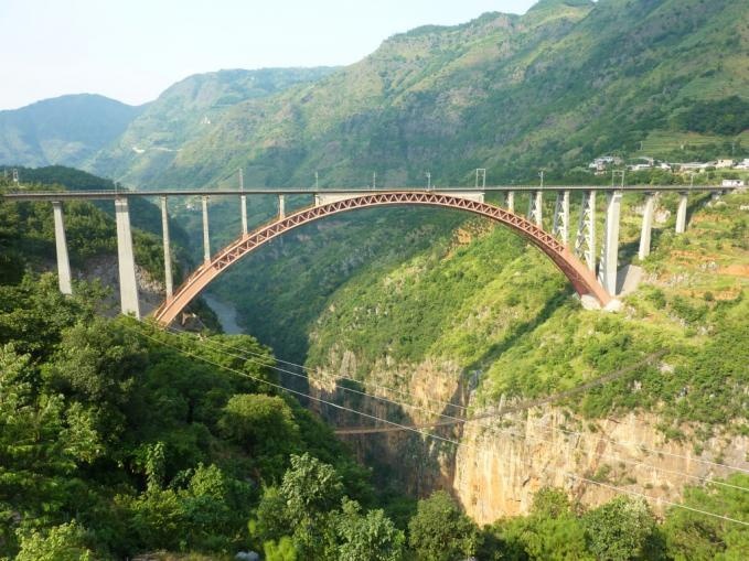 Beipanjiang River Railway Bridge Terbentang di atas lembah dalam sungai Beipan di profinsi Guizhou, China. Panjang dan tinggi - Panjangnya 235 meter dan berdiri di atas ketinggian 275 meter.